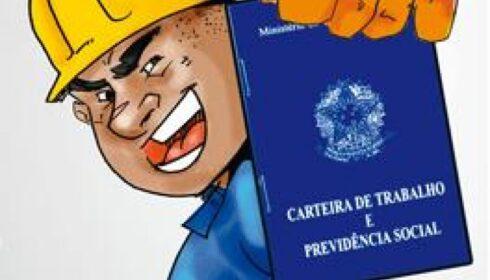 Determinação de multa diária por não anotação em CTPS independe de pedido da parte